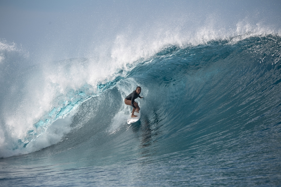 tahiti surf vahine fierro surfing teahupoo